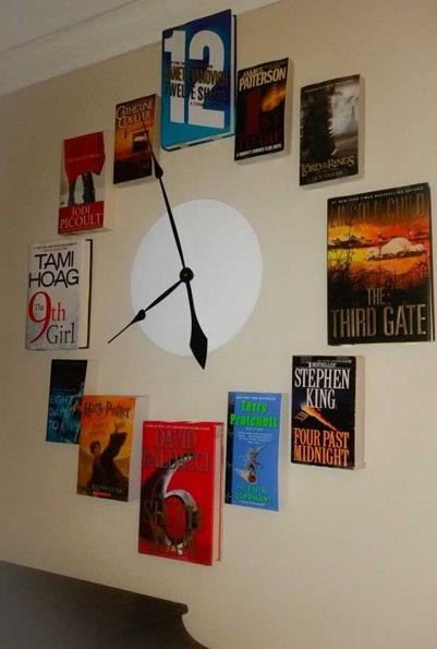 Jam dinding terbuat dari buku bekas