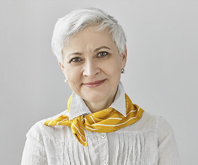 mulher usando lenco no pescoco como acessorios de moda
