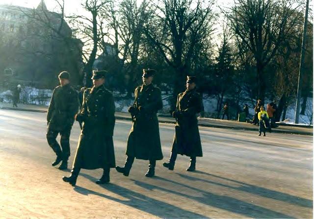 2000 (?) год. Рига. Смена караула возле монумента Свободы (фото: worldspan)