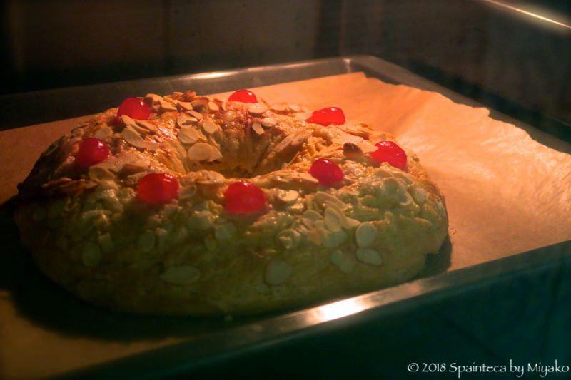 Roscon de Reyes オーブンで焼かれるスペインの王様のケーキ