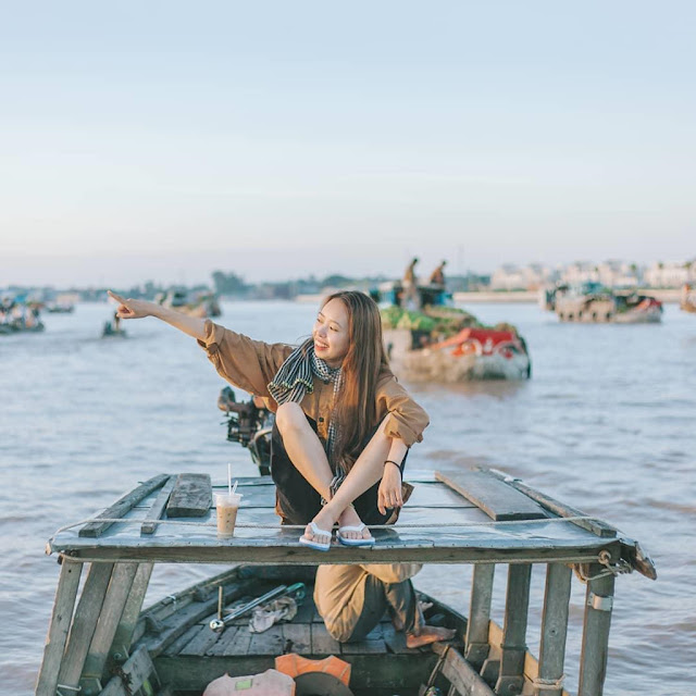 """Khác với chợ nổi Ngã Năm hay Phùng Hiệp, chợ nổi Cái Răng (Cần Thơ) nhộn nhịp, tấp nập du khách hơn. Đây là khu chợ nổi tiếng ở mảnh đất Tây Đô trù phú. Chợ Cái Răng cách bến Ninh Kiều (Cần Thơ) khoảng 4 km, du khách đi thuyền khoảng 30 phút sẽ đến chợ. Đến chợ nổi Cái Răng, du khách nên thưởng thức các loại nông sản nổi tiếng đất phương Nam như quýt Lai Vung, bưởi năm roi, sầu riêng...    Ngoài thưởng thức các loại trái cây, check-in trên thuyền vào buổi sớm cũng là trải nghiệm nhiều du khách yêu thích khi ghé chợ nổi Cái Răng. Bạn nên đến chợ vào lúc 5h sáng, hòa mình với cuộc sống thường nhật của người miền Tây trên sông, nếm thử loạt món ăn vặt nổi tiếng và ghi lại những bức hình """"sống ảo"""" nghìn like."""