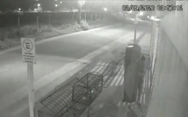 Homem furta caixão dentro de funerária e deixa na porta da ex; veja o vídeo