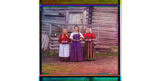 Chicas ofreciendo frutos a unos visitantes en su casa. 1909. Foto de Sergeĭ Mikhaĭlovich