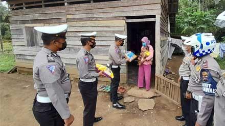 Satuan Lalu Lintas Polres Dharmasraya Berikan Bansos Sembako kepada Astuti
