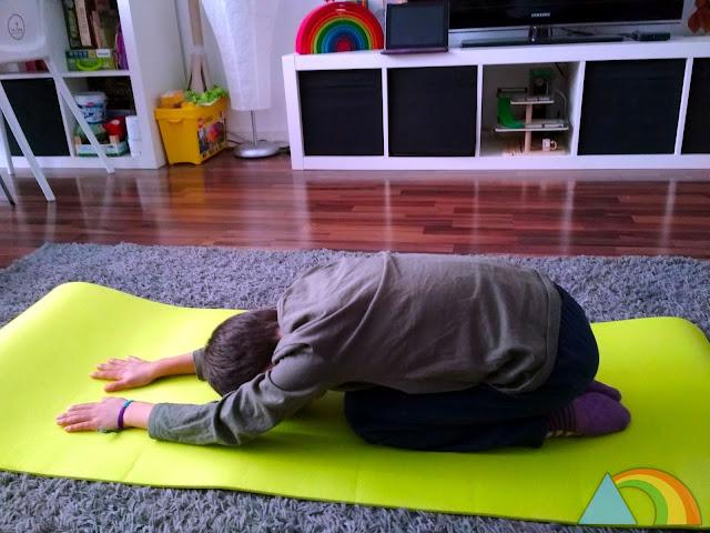 Niño haciendo yoga