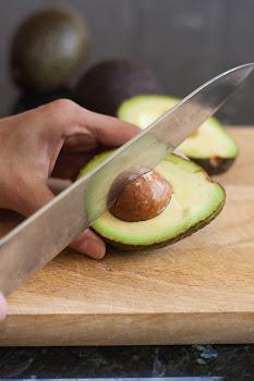 Odstranjivanje koštice avokada nožem