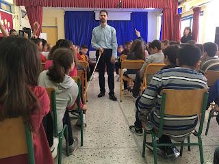 Ο Βαγγέλης δείχνει στα παιδιά το λευκό μπαστούνι