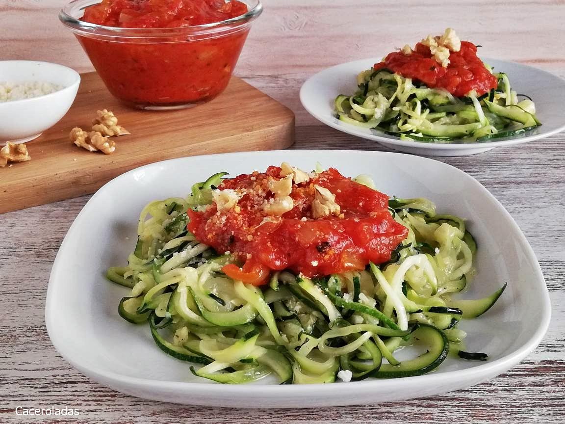 Como hacer espaguetis de calabacín con salsa de tomate y nueces