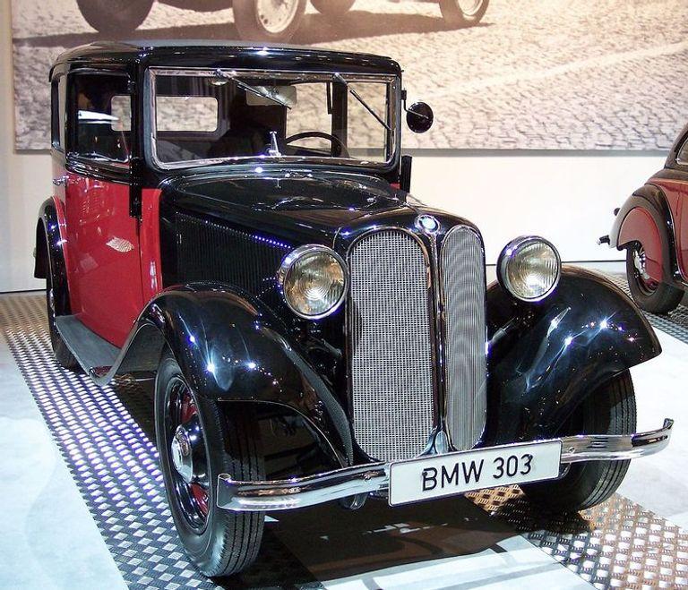 طراز 303 والذي طرحته الشركة الألمانية عام 1933 بمحرك بسعة 1178 سي سي، ينتج قوة 30 حصانا، وتصل سرعته القصوى لـ 56 ميلا في الساعة.
