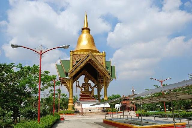 Patung Buddha empat wajah di Surabaya.