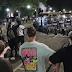 VIDEO: Manifestantes lanzan pirotecnia a la Policía y los agentes responden con gas lacrimógeno en una nueva noche de protestas en Wisconsin