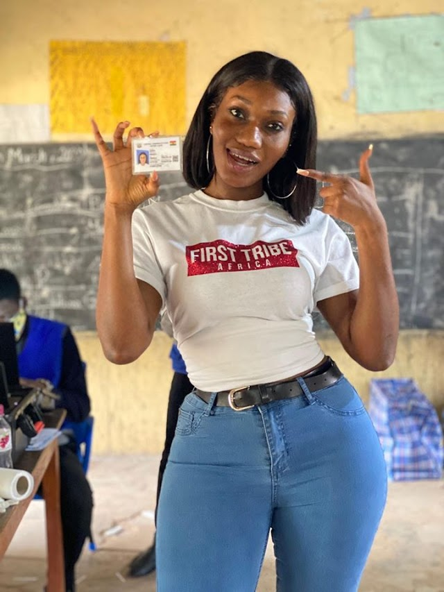 Wendy Shay gets her first Ghanaian voters ID card (photo)