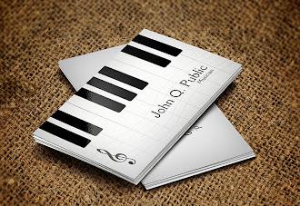 Üzerinde piyano tuşları olan beyaz kartvizit