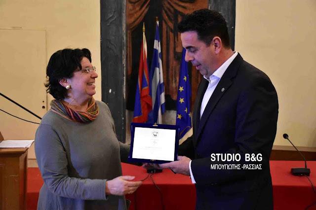 Απονομή τιμητικής διάκρισης από τον Δήμαρχο Ναυπλιέων Δ.Κωστούρο στην καθηγήτρια Ιστορίας Μ. Ευθυμίου