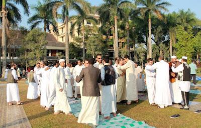 pria berhias sebelum sholat eid