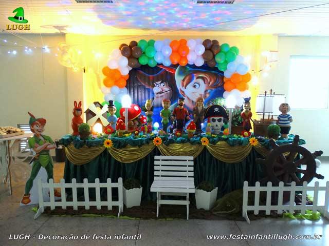 Foto: Decoração tema Peter Pan para festa de aniversário masculina - Mesa tradicional luxo com toalhas de tecido