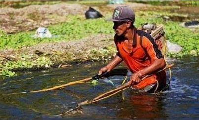 Gambar 1. Kegiatan menangkap ikan dengan arus litrik (Sumber : http://youtube.com)
