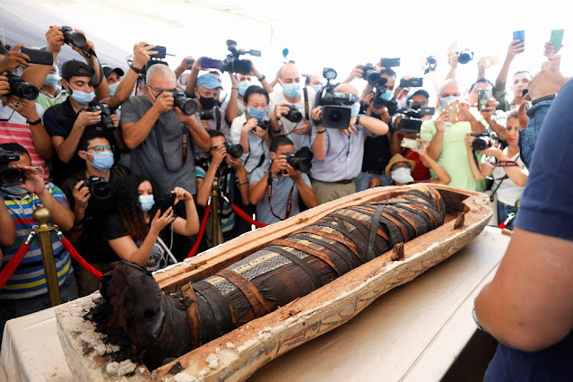 Sarcófagos com 2.500 anos expostos no sítio arqueológico em Saqqara