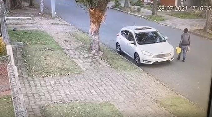 Vídeos mostram morador de rua colocando fogo em carros em Curitiba