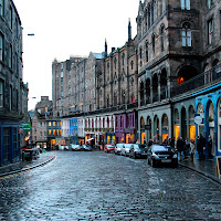 a-rainy-day-in-Victoria-Street-Edinburgh