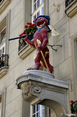 Statua su una delle facciate del centro di Berna