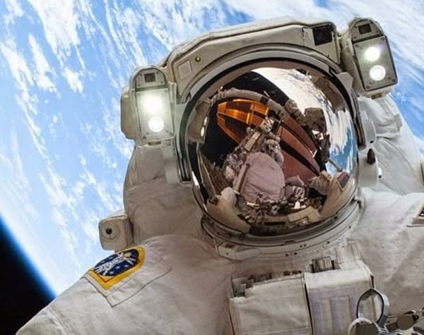 foto astronot di luar angkasa