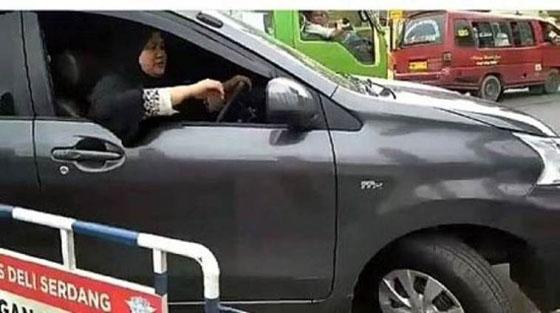 Video Emak-Emak Judes Yang Nekat Tabrak Barikade Polisi Yang Jadi Viral