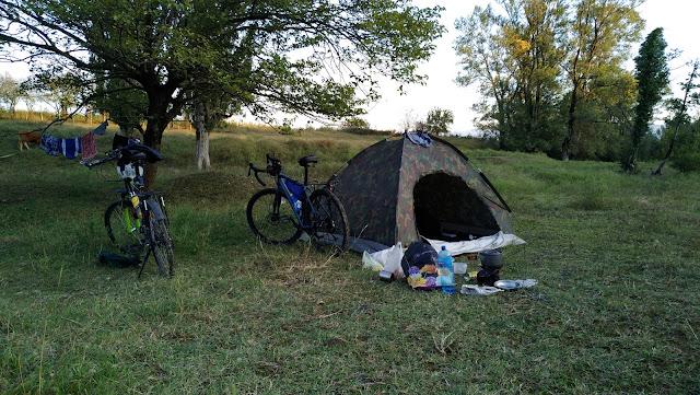 туристы в Грузии ночуют в палатке