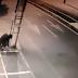 Dupla é flagrada por câmeras de segurança furtando fios de comércios em Cajazeiras