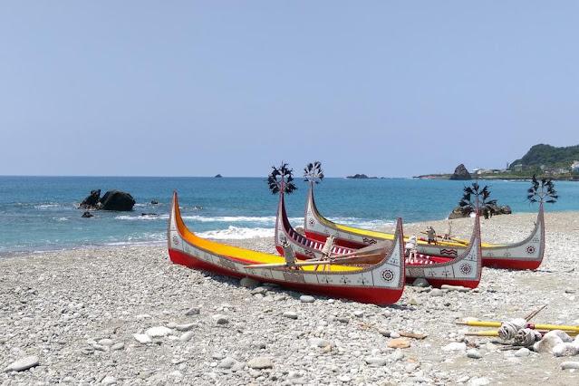 可說是台灣離島最特殊的島噢!整個島的達悟族文化保留完整,不商業化,特別海景與海底景緻更是優美,山區間的珠光鳳蝶與蘭嶼角鴞是蘭嶼特有種文化、生態與景緻都是極為特別的一個地方。