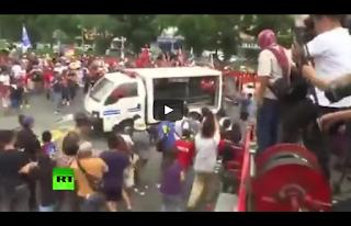 Auto della polizia vs manifestanti (Filippine)