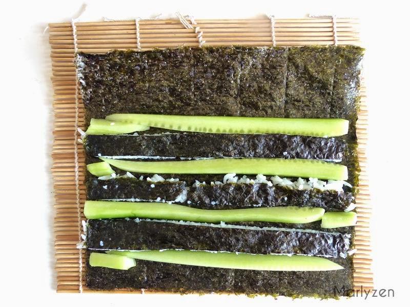 Alternez bandes de riz et concombre.