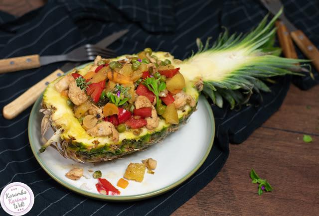 Gefüllte Ananas mit Teriyaki-Hähnchen und Reis