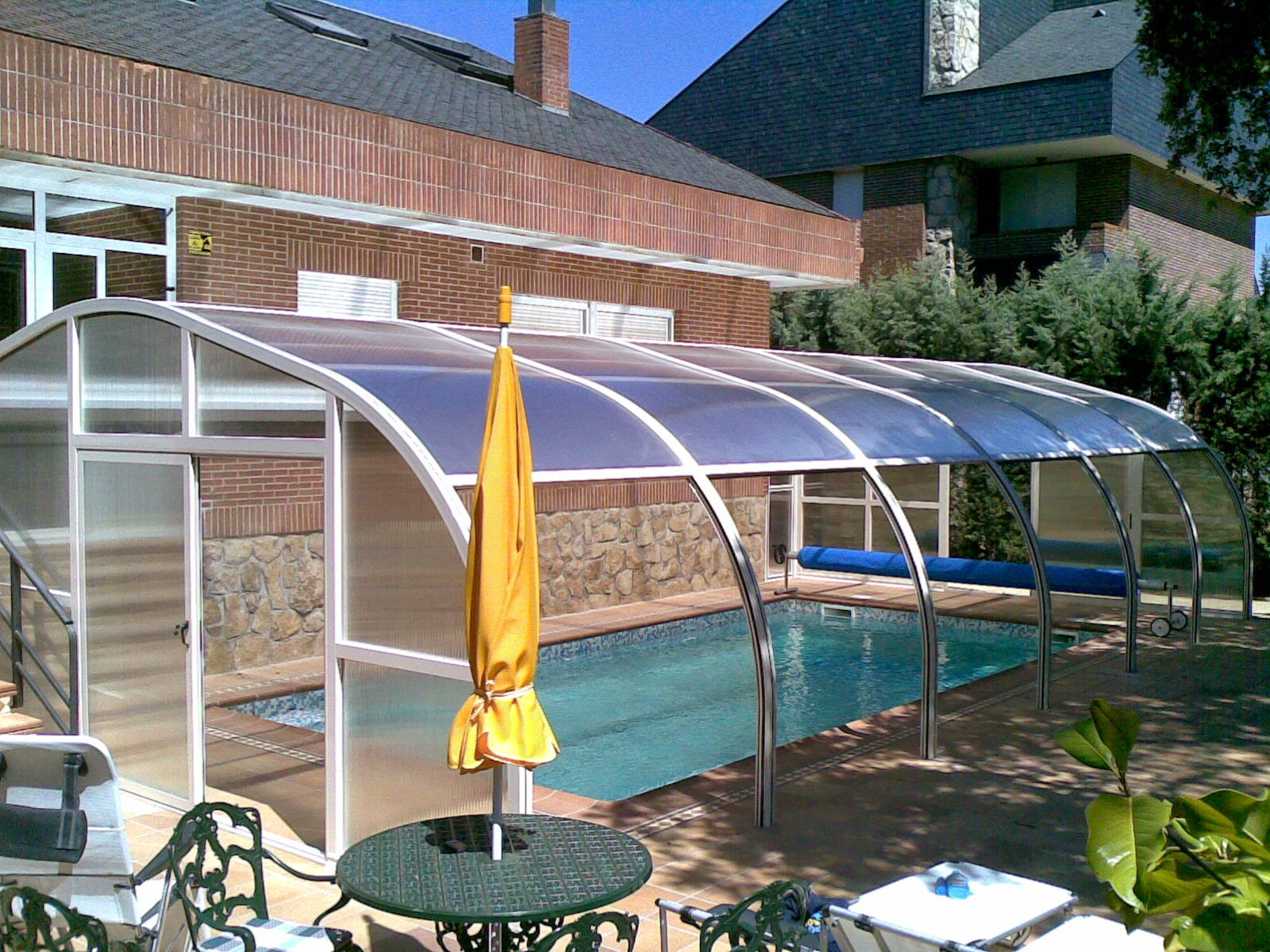 Imagenes de pergolas cerradas pergolas y cerramientos for Patios con piscinas desmontables