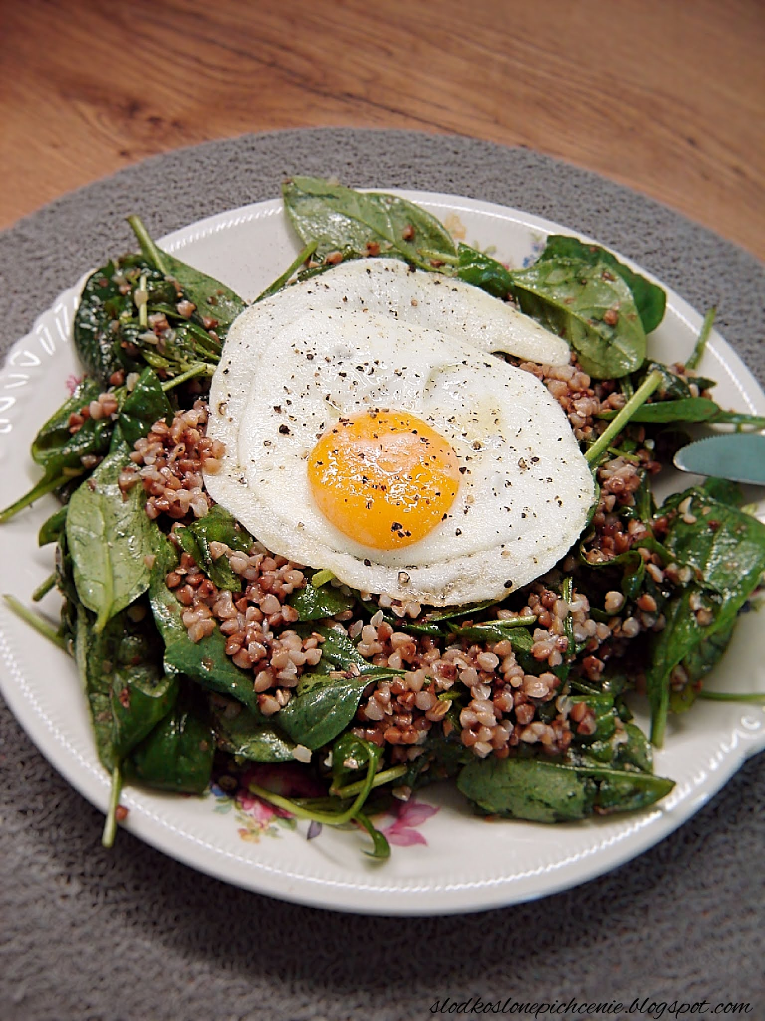 Sałatka z kaszą gryczaną, szpinakiem i jajkiem sadzonym