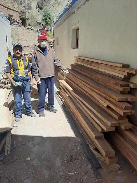 Das Holz für den Dachstuhl ist jetzt auch da