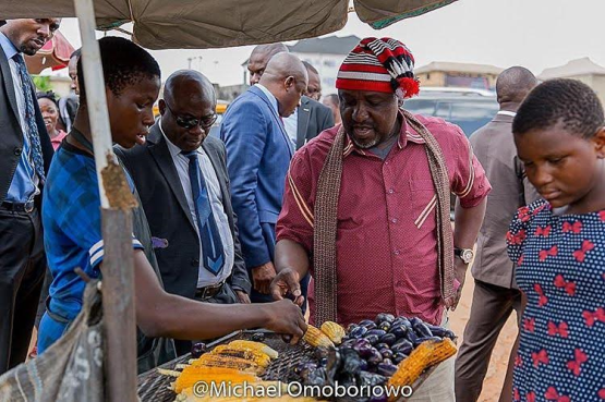 Photo: Governor Rochas Okorocha spotted buying roasted corn and pear today