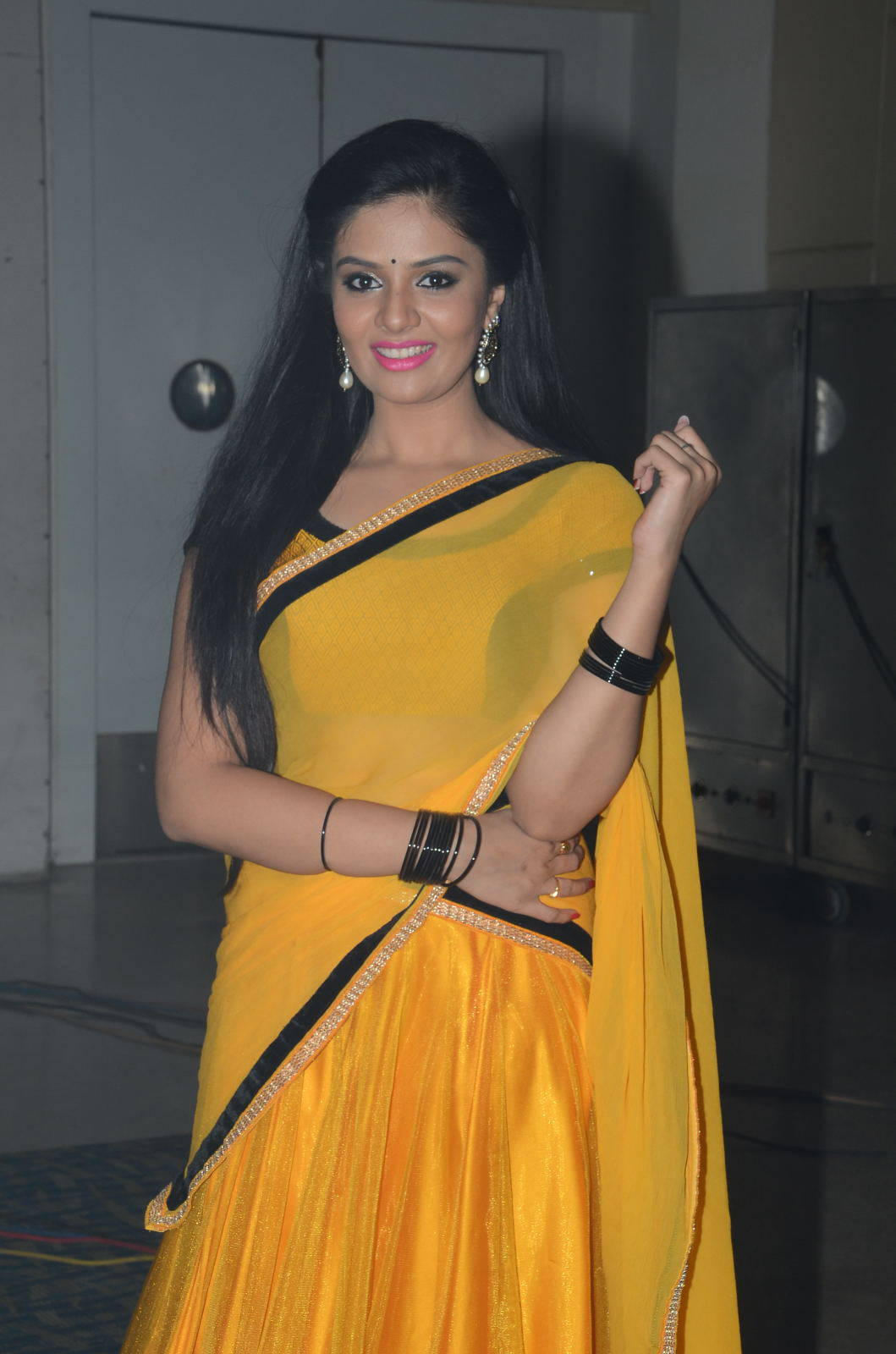 Anchor Srimukhi Spicy Hip Navel Photos In Yellow Half Saree