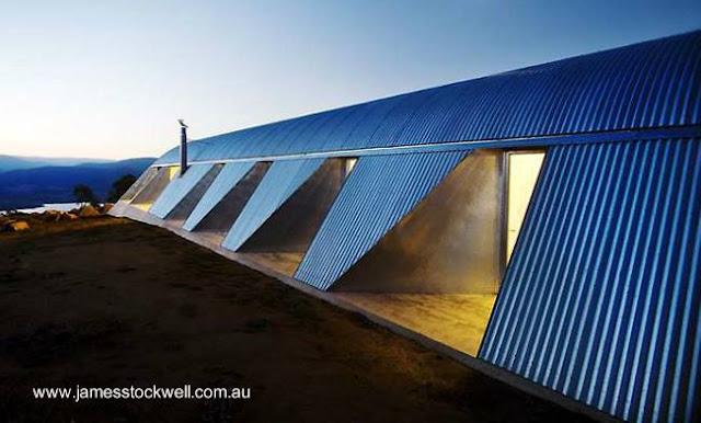 Residencia de forma parabólica con techo de chapa en Australia