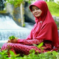 Wanita Muslimah Behijab Sedang Duduk