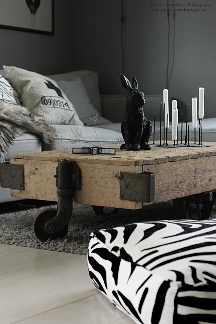 indsutrivagn, vagn med hjul, industriellt, industriella, vagn, vagnar, sik vid havet, annelies design, webbutik, webbutiker, webshop, nätbutik, nätbutiker, online, kanin, kaniner, &klevering, ljusstak, ljusstakar, candle cross, inredning, soffa, vardagsrum, vardagsrummet, soffbord, fårskinn, kuddar, kudde, svart och vitt, svartvit, svartvita, svartvit inredning, inredningsdetlajer, detaljer, matta, vitt golv, kors,