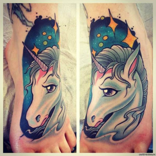 Branco unicornio no pe