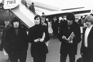Fotografía en blanco y negro: Los Rolling Stones llegan a Estados Unidos en un avión de la TWA