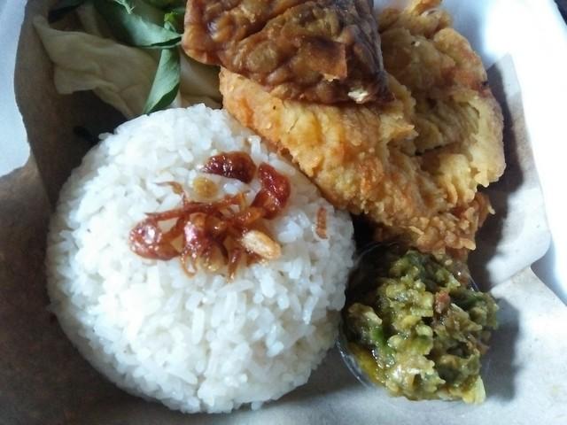 Ayam geprek sambal hijau;Ayam Geprek, Kuliner Nikmat Dari Yogyakarta;Ayam Geprek dan Asal Mula Kenikmatannya;Gurih Pedas Sajian Kuliner Ayam Geprek ;