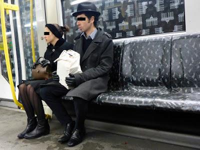 Ein Paar in der U-Bahn