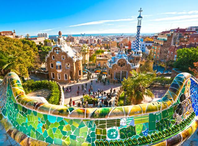 Thành phố sở hữu một trong những đội bóng xuất sắc nhất châu Âu - Barcelona từng là chủ nhà của Thế vận hội mùa hè 1992. Nơi đây được trưng bày rất nhiều các tác phẩm nghệ thuật có giá trị và cả những tác phẩm điêu khắc sống động trên bãi biển thu hút hàng triệu triệu người tới thăm vào mỗi mùa hè. Đặc biệt là bảo tàng Picasso hay công viên Guell thì luôn nườm nượp khách, nhất là vào những ngày nắng đẹp.