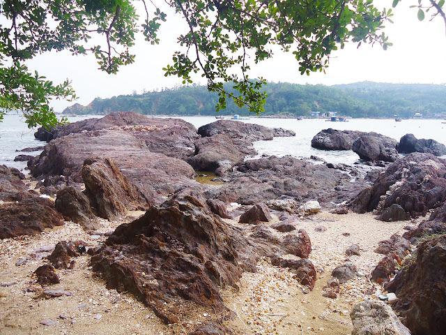 Bãi đá bị ăn mòn bởi nước biển