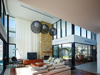 Sala con ventanas grandes