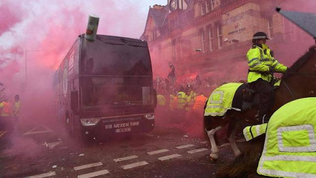Bus Manchester City dilempar Botol oleh fans Liverpool