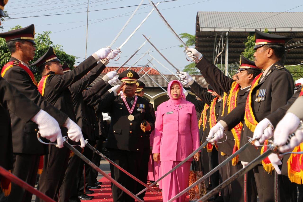 Purna Tugas, 20 Polisi di Kebumen Dilepas dengan Pedang Pora
